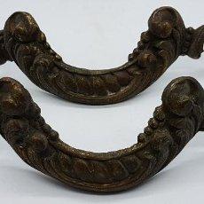 Antigüedades: BELLOS TIRADORES DE GRAN TAMAÑO ANTIGUOS DE EPOCA MODERNISTA EN BRONCE CINCELADO CON BONITAS FORMAS . Lote 85343716