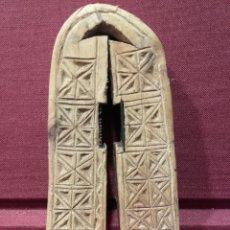 Antigüedades: ANTIGUO CASCAPIÑONES DE MADERA TALLADA CON INICIALES. ARTE PASTORIL.. Lote 85386543