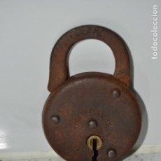 Antigüedades: ANTIGUO CANDADO INGLÉS, HACIA 1900. 77 MM DE LARGO CERRADO. LLAVE ORIGINAL.. Lote 85439728