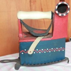 Antigüedades: PLANCHA DE CARBÓN MONDRAGÓN U.C. 6 CON REPOSAPLANCHAS, REDECORADA. Lote 85703584