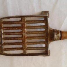 Antigüedades: M - SOPORTE PARA PLANCHA DE METAL Y MANGO EN MADERA - 16 X 9 CMS METAL. Lote 85726508