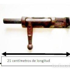 Antigüedades: PESTILLO DE HIERRO ARTIA. FABRICADO ENTRE 1940-1960. Lote 85917064