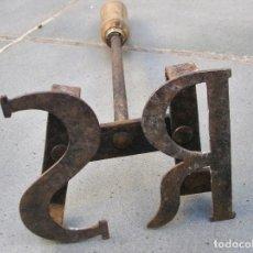 Antigüedades: HIERRO PARA MARCAR GANADO CON INICIALES RS (31CM APROS). Lote 86099832