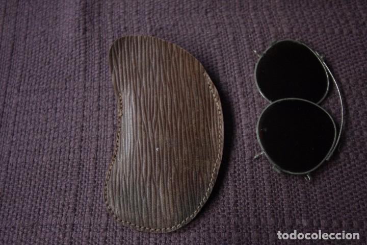 ANTIGUOS BINOCULOS GAFAS DE SOL DE ORIGEN FRANCÉS EN SU ESTUCHE DE CUERO (Antigüedades - Técnicas - Otros Instrumentos Ópticos Antiguos)