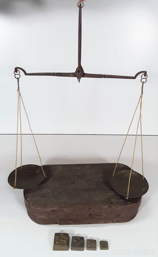 BALANZA QUILATERA CON PESAS. METAL Y BRONCE. ESPAÑA. SIGLO XVIII. CAJA ORIGINAL. (Antigüedades - Técnicas - Medidas de Peso - Balanzas Antiguas)