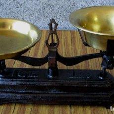 Antigüedades: BALANZA – PESO DE HIERRO LOS PLATOS DE LATÓN -- FORCE KGS. Lote 86407372
