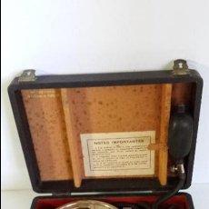 Antigüedades: ANTIGUO TENSIÓMETRO ESFIGMOMANÓMETRO MÉDICO FABRICADO POR G.BOULITTE PARIS EN SU CAJA. Lote 86505452