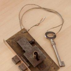 Antigüedades: CERRADURA CON LLAVE FRANCESA DE ARMARIO.. Lote 86531148