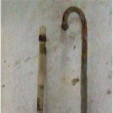 Antigüedades: 2 ANTIGUOS PESTILLOS PARA HOJAS DE PUERTA O VENTANAS.. Lote 86612184