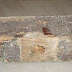 Antigüedades: ANTIGUO CAN DE MADERA. DOBLE ZAPATA DE PIE DERECHO. PINO REGAL. S.XVIII. Lote 86751404
