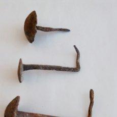 Antigüedades: 4 ANTIGUOS CLAVOS DE FORJA HIERRO FORJADO CON CABEZA REDONDA. Lote 70548417