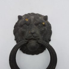 Antigüedades: GRAN PICAPORTE O ALDABA ANTIGUA DE BRONCE CON CABEZA DE LEON. PRECIOSO.. Lote 87138908