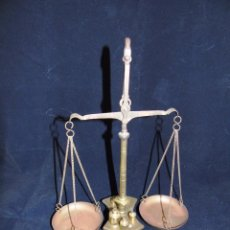 Oggetti Antichi: ANTIGUA BALANZA DE BRONCE CON PESAS INCLUIDAS. Lote 87270228