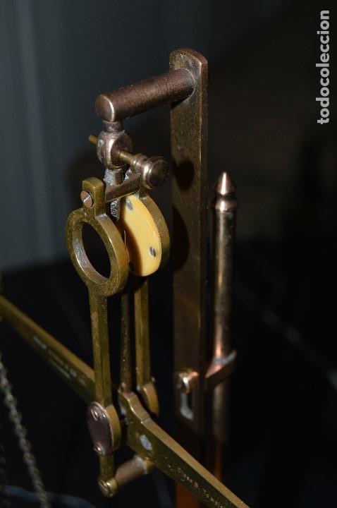 Antigüedades: Magnífica y antigua balanza de farmacia, ¨PHILIPS HARRIS´ bronce, marfil y caoba, 1865. - Foto 18 - 87343088