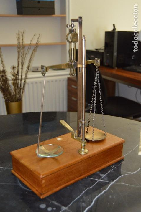 Antigüedades: Magnífica y antigua balanza de farmacia, ¨PHILIPS HARRIS´ bronce, marfil y caoba, 1865. - Foto 26 - 87343088