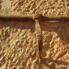Antigüedades: ANTIGUO PESTILLO PASADOR, CIERRE DE PUERTA HIERRO FORJADO. Lote 87428464