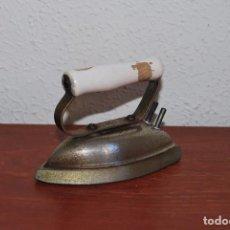 Antigüedades: PEQUEÑA PLANCHA ELÉCTRICA. Lote 87593176