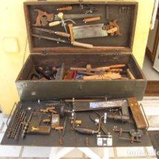 Antigüedades: CAJA DE HERRAMIENTAS DE EBANISTA COMPLETA EN CAJA DE MUNICIÓN. 79 HERRAMIENTAS. Lote 182491555