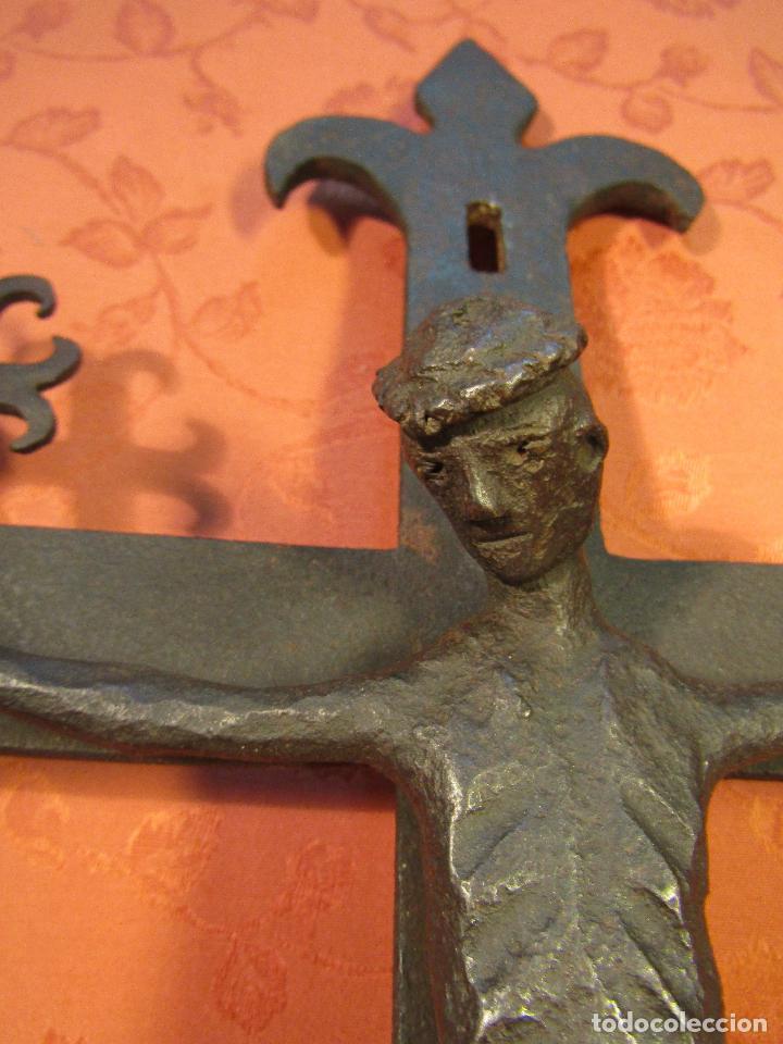 Antigüedades: CRUCIFIJO EN HIERRO FORJADO ESTILO ROMANICO - Foto 4 - 89037324