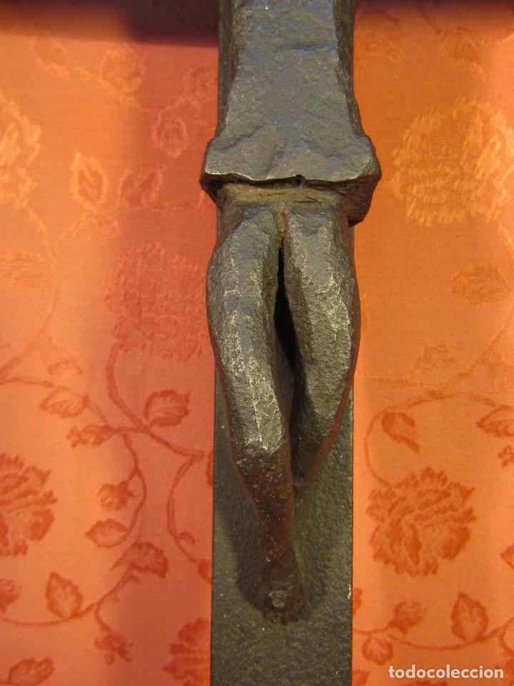 Antigüedades: CRUCIFIJO EN HIERRO FORJADO ESTILO ROMANICO - Foto 5 - 89037324