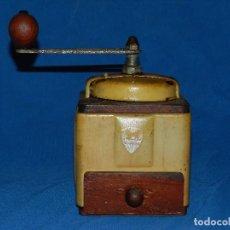 Antigüedades: (M) MOLINILLO DE CAFE ANTIGUO MARCA PEUGEOT , MADERA , 20 X 12 X 12 CM, SEÑALES DE USO . Lote 89823316
