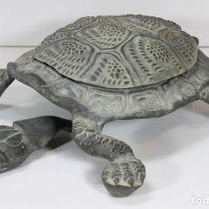 Antigüedades: LIMPIA ZAPATOS CON FORMA DE TORTUGA EN BRONCE. ESPAÑA. SIGLO XX.. Lote 64210667