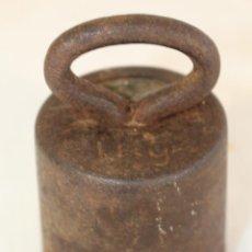 Antiquitäten - pesa ponderal en hierro de 1kg. - 90761475
