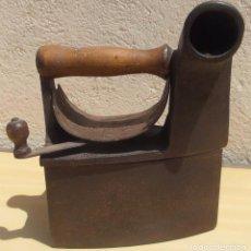 Antigüedades: PLANCHA DE CHIMENEA ANTIGUA, UTILIZADA CON CARBÓN O BRASAS PARA PLANCHAR, CON DRAGON Y CASTILLO. Lote 91008595