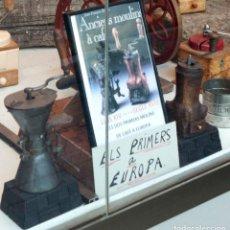Antigüedades: LOS 2 PRIMEROS MOLINILLOS DE CAFE EN EUROPA, LUIS XIV DEL SIGLO XVIII - MOLINILLO SABLE MAS EL LIBRO. Lote 91026625
