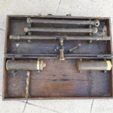 Antigüedades: ANTIGUO NIVEL DE AGUA, CON SU MALETA DE MADERA. TALLERES DE CONSTRUCCIONES ELECTRICAS DALMAU.. Lote 91841290
