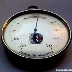 Antigüedades: RARO ARTILUGIO Y DESCONOCIDO MEDIDOR U OTRO CENTRAL DEL NEUMATICO DORADO 13.5 CM. DIAMETRO . Lote 92291365