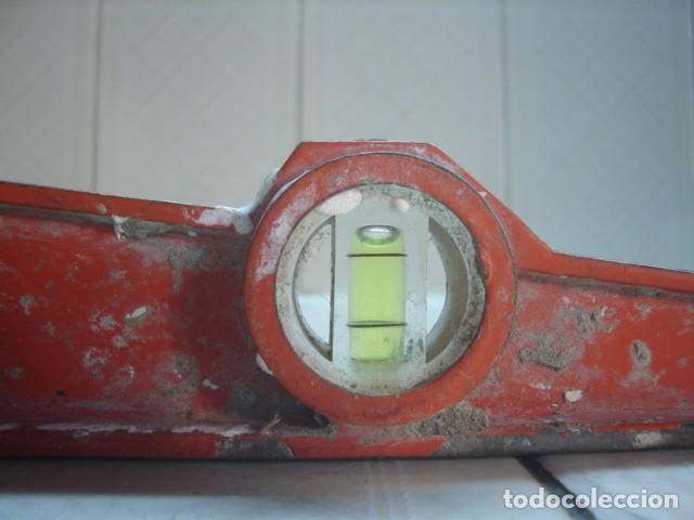 Antigüedades: Antiguas herramientas albañil: Polea o garrucha, plomada, nivel aluminio doble burbuja y espátula - Foto 11 - 92428510