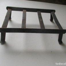 Antigüedades: ANTIGUO SOPORTE O REPOSA PLANCHA, DE HIERRO.- MIDE 18 X 11 X 65 CM.. Lote 93030230