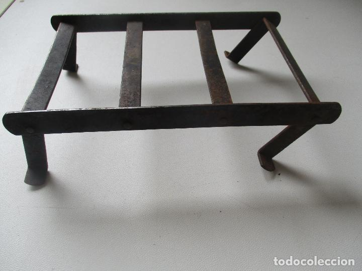 Antigüedades: ANTIGUO SOPORTE O REPOSA PLANCHA, DE HIERRO.- MIDE 18 X 11 X 65 CM. - Foto 2 - 93030230