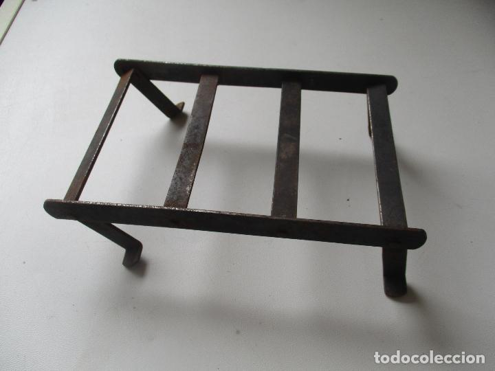 Antigüedades: ANTIGUO SOPORTE O REPOSA PLANCHA, DE HIERRO.- MIDE 18 X 11 X 65 CM. - Foto 4 - 93030230