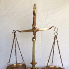 Antigüedades: BALANZA DE PRECISIÓN FABRICADA EN BRONCE CON SEIS PESAS VINTAGE AÑOS 70. Lote 93077572