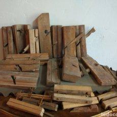 Antigüedades: CONJUNTO ANTIGUOS CEPILLOS CARPINTERO. Lote 93256973