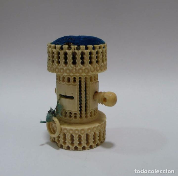 Antigüedades: Antiguo alfiletero calado y tallado en hueso con cinta métrica y espejo- Principios S.XX - Foto 2 - 93295960