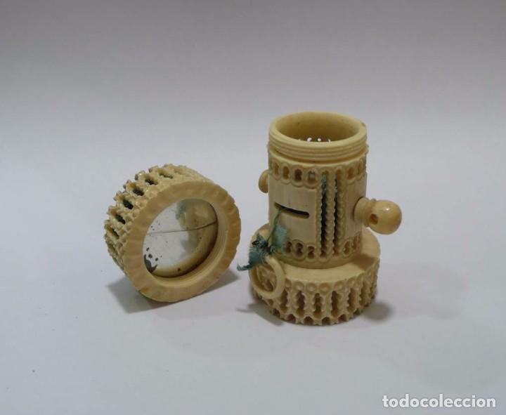 Antigüedades: Antiguo alfiletero calado y tallado en hueso con cinta métrica y espejo- Principios S.XX - Foto 3 - 93295960