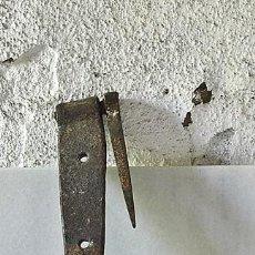 Antigüedades: ANTIGUA BISAGRA DE FORJA DE 3 AHUJEROS. Lote 93367675