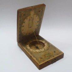 Antigüedades: ANTIGUO RELOJ DE SOL SOLAR CON BRÚJULA MADERA Y PAPEL GRABADO. Lote 93573445