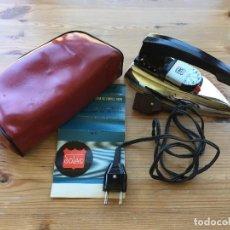 Antigüedades: PLANCHA ELÉCTRICA PLEGABLE DE VIAJE SOLAC AÑOS 60 CON CABLE Y ESTUCHE ORIGINAL EN MUY BUEN ESTADO. Lote 93662875