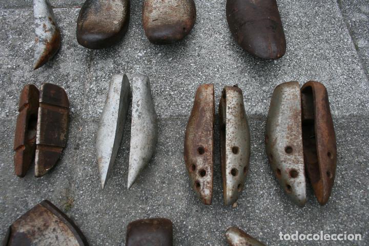 Antigüedades: Lote de hormas de zapato metalicas - hierro y aluminio ( zapatero ) - Foto 3 - 93703750