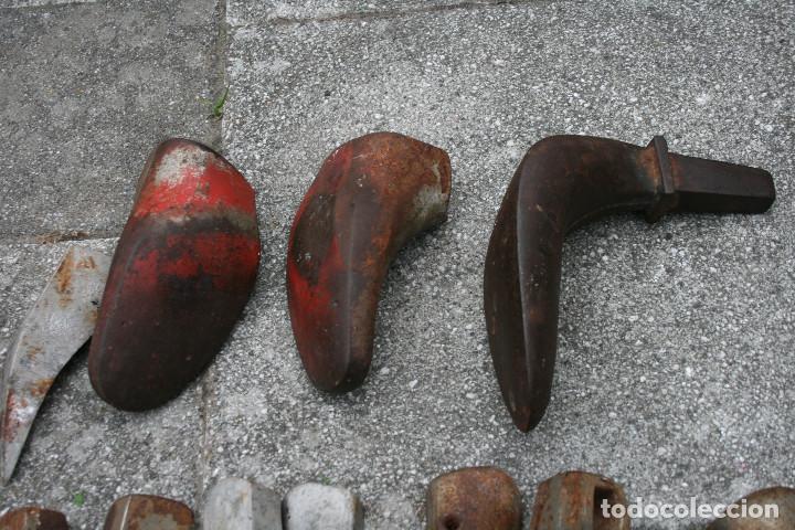 Antigüedades: Lote de hormas de zapato metalicas - hierro y aluminio ( zapatero ) - Foto 7 - 93703750