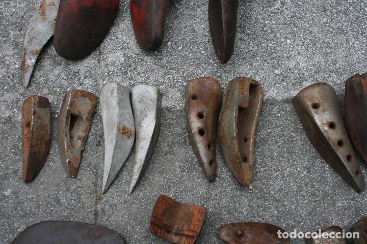 Antigüedades: Lote de hormas de zapato metalicas - hierro y aluminio ( zapatero ) - Foto 8 - 93703750