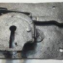 Antigüedades: CERRADURA CON LLAVE SIGLO XIX RESTAURADA A LA ARENA. Lote 93707868