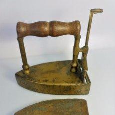 Antigüedades: PLANCHA DE BRONCE CON PASTILLA DE HIERRO INTERIOR DE COLECCIÓN RARA 2 KILOS 15,5 X 12,5 DE ALTURA. Lote 93987875