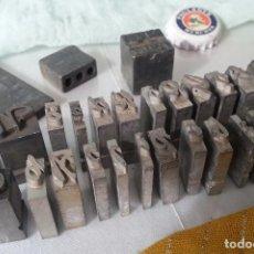 Antigüedades: LETRAS Y SÍMBOLOS DE IMPRENTA. EN PLOMO. 24 UNIDADES ANTIGUAS. LETTERS AND PRINT SYMBOLS. Lote 94154605