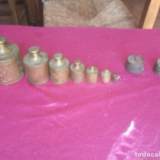 Antigüedades: JUEGO DE PESAS BALANZA BASCULA + DOS PESAS DE HIERRO . Lote 94433666