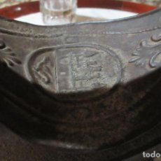 Antigüedades: PLANCHA DE CARBÓN, MARCA UCM, TAMAÑO 6 1/2. COMIENZOS SIGLO XX. CON SOPORTE - COMPLETA. Lote 94708507